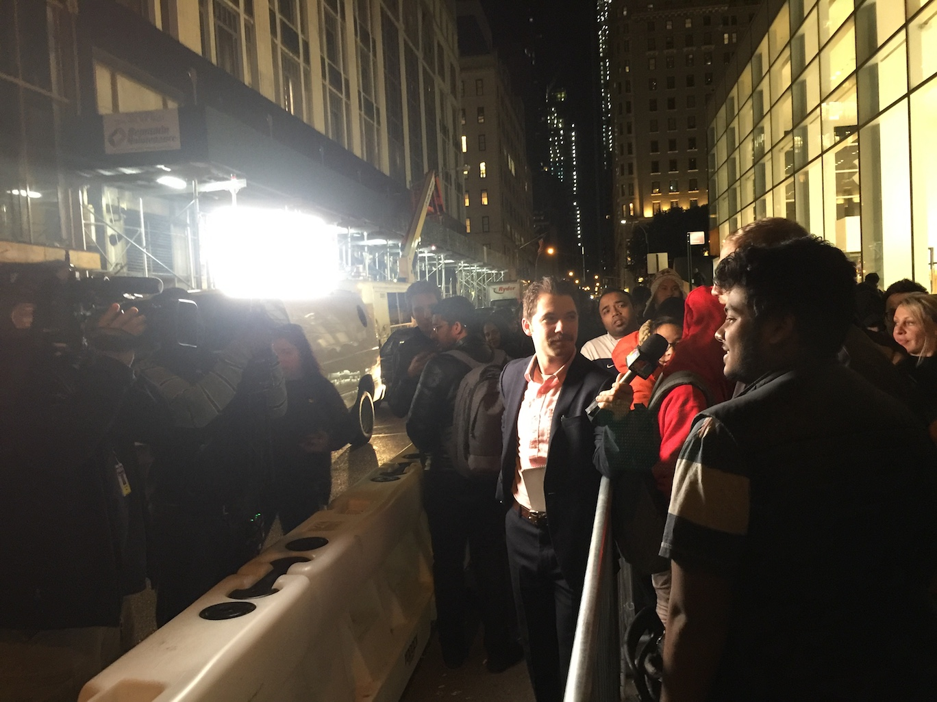 深夜。排队订购 iPhone X 的热情粉丝正在接受采访。